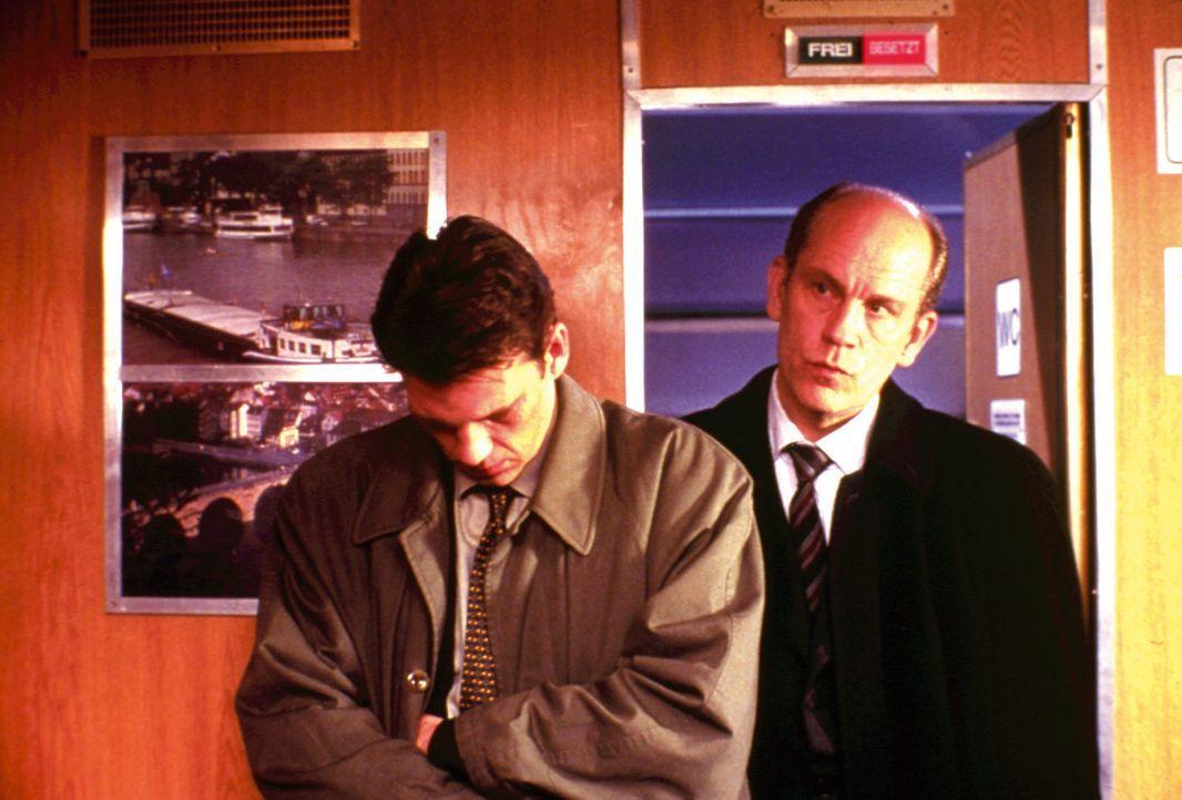 Der in die Jahre gekommene und mittlerweile unter falscher Identität lebende Mörder Tom Ripley (John Malkovich, r.) verwickelt aus gekränkter Eit... - Bildquelle: Warner Bros.