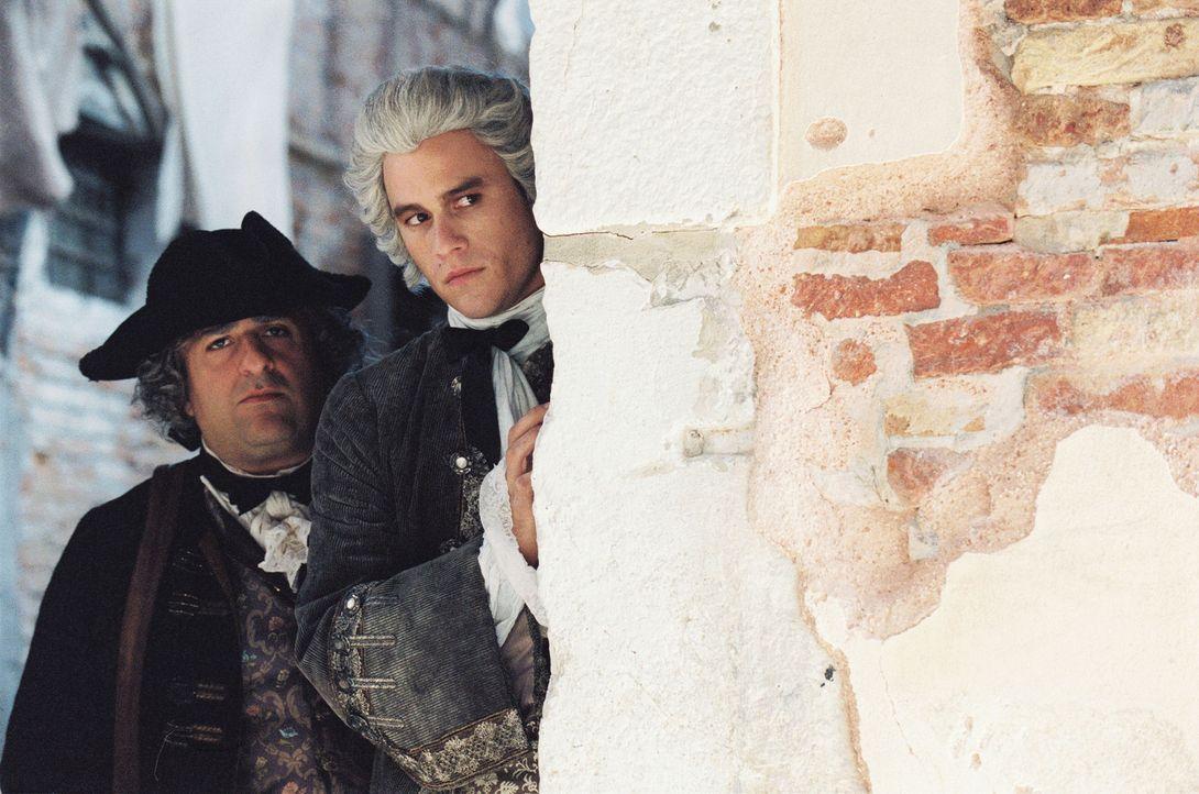 Weil Casanova (Heath Ledger, r.) seinen Liebesabenteuern in einem Nonnenkloster nachgegangen ist, muss er mal wieder in Venedig vor der Inquisition... - Bildquelle: Buena Vista Pictures. All rights reserved