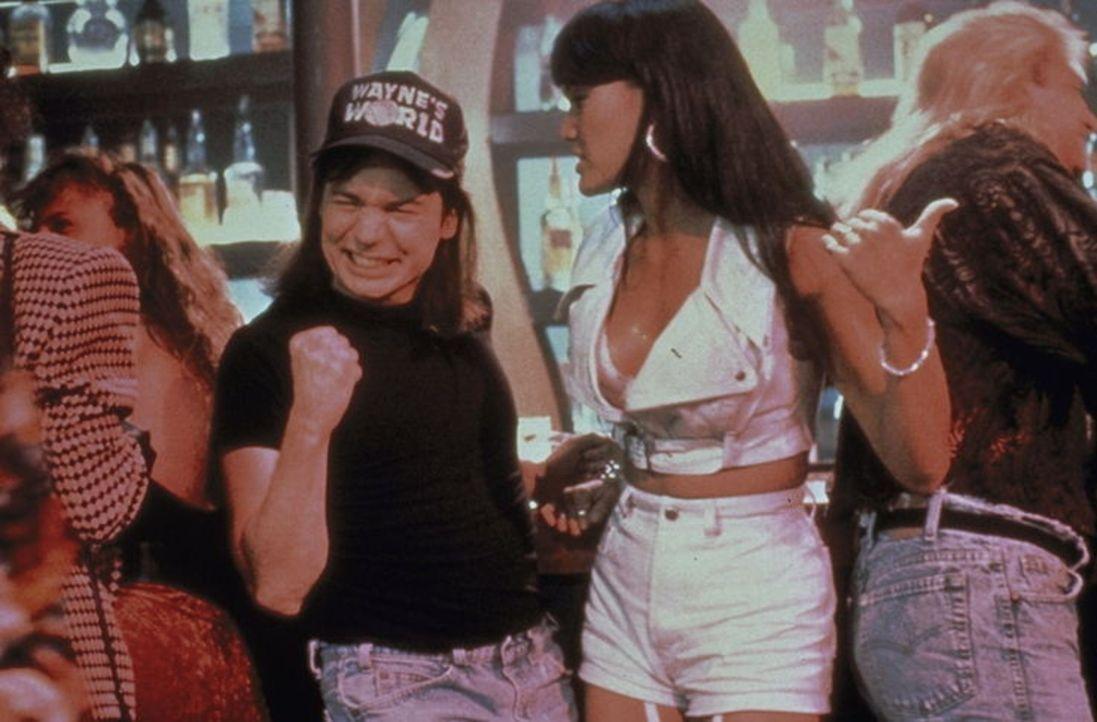 Wayne (Mike Myers, l.) bekommt große Probleme mit seiner Freundin Cassandra (Tia Carrere, r.) ... - Bildquelle: Paramount Pictures