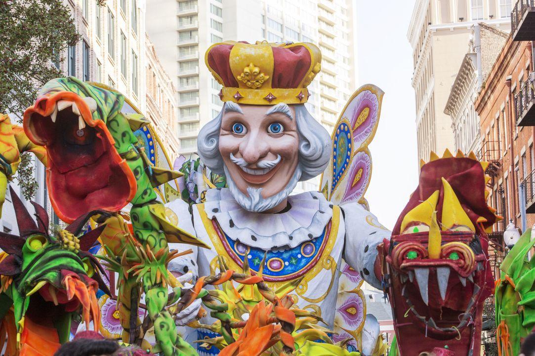 Auf den Straßen von New Orleans tobt der Karneval. Als Navy Petty Officer Toussaint Patrice dabei erstochen aufgefunden wird, beginnt für das NCIS-T... - Bildquelle: 2015 CBS Broadcasting, Inc. All Rights Reserved