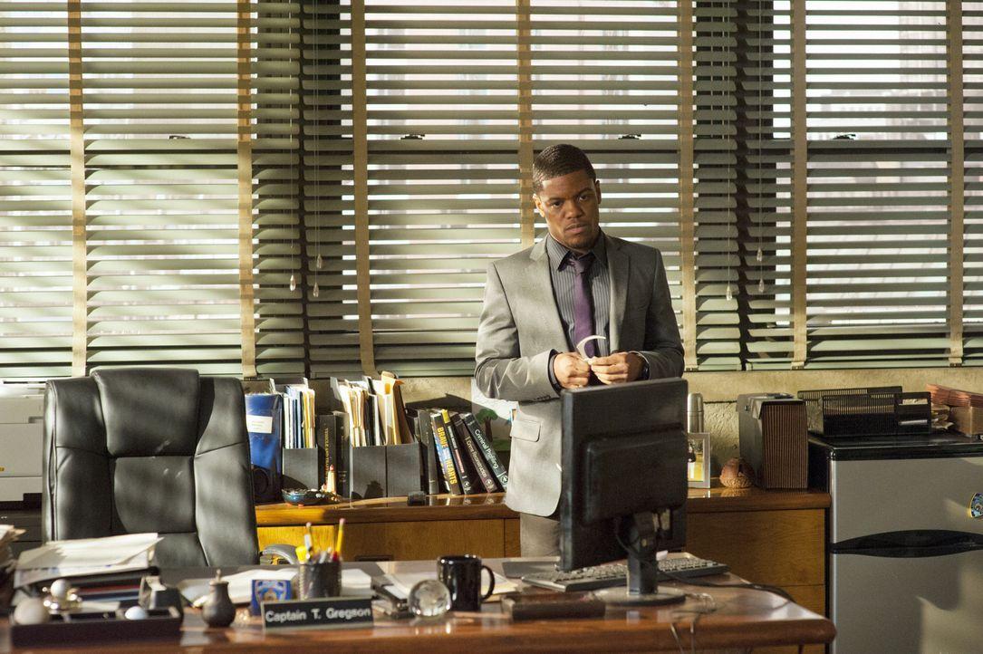 Detective Marcus Bell (Jon Michael Hill) ermittelt gemeinsam mit Sherlock Holmes in einem neuen Fall ... - Bildquelle: CBS Television