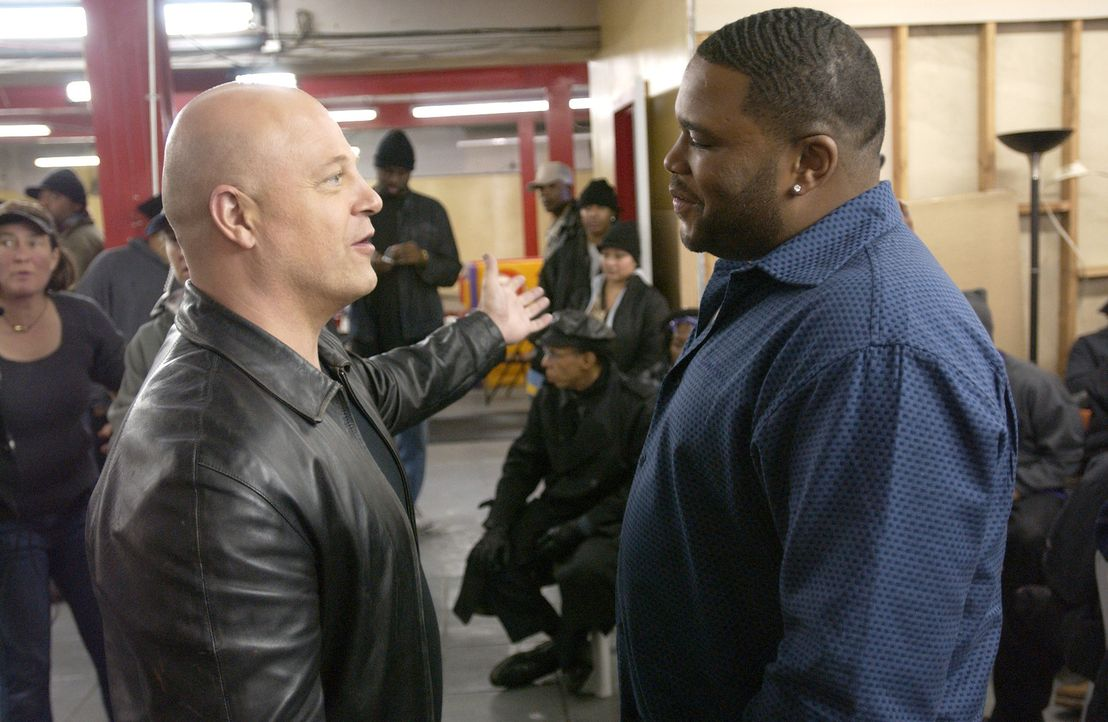 Det. Vic Mackey (Michael Chiklis, l.) hat sofort den Verdacht, dass der ehemalige Dealer und Gewaltverbrecher Antwon Mitchell (Anthony Anderson, r.)... - Bildquelle: 2005 Twentieth Century Fox Film Corporation. All Rights Reserved.