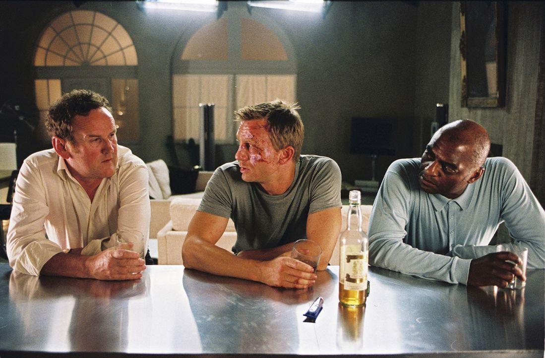 Werden der Namenslose (Daniel Craig, M.) und seine abgebrühten Kollegen (Colm Meaney, l., George Harris, r.) dem Drogengeschäft noch lange erhalte... - Bildquelle: 2004 Columbia Pictures Industries, Inc. All Rights Reserved.
