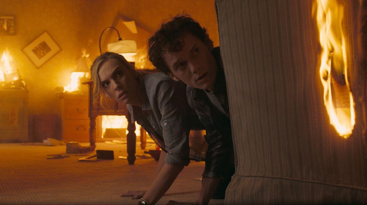 Unglücklicherweise hat Charleys (Anton Yelchin, r.) Mutter (Toni Collette, l.) ein Auge auf den neuen Nachbarn geworfen. Nichtsahnend, dass dieser e... - Bildquelle: Lorey Sebastian, John Bramley Dreamworks Studios.  All rights reserved