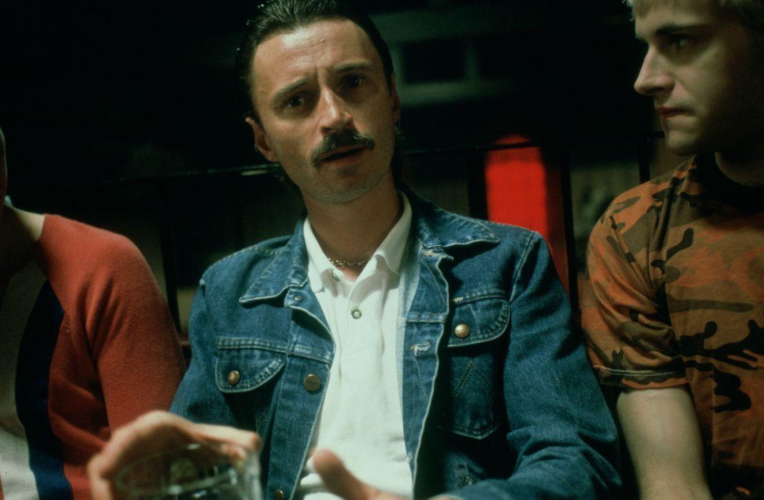 Während sich seine Freunde mit Heroin vollpumpen, nahm Begbie (Robert Carlyle, M.), als seinen Kick, Leute auseinander ... - Bildquelle: Universal Pictures