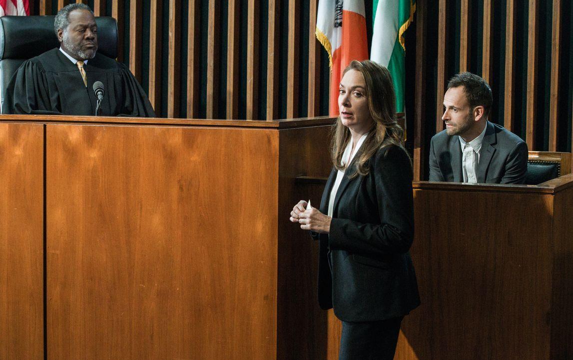 Holmes (Jonny Lee Miller, r.) erinnert sich vor Gericht an die Ereignisse, die zu Det. Bells Verletzung geführt haben. Doch Richter O'Hare (Frankie... - Bildquelle: CBS Television