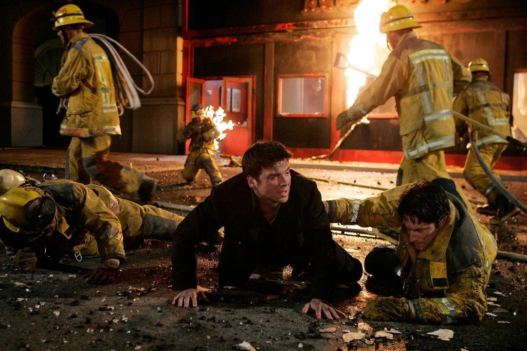 Jesse Sutton (Jason Gedrick, M.) will unbedingt zurück ins Rstaurant laufen, weil er glaubt, dass sich noch Personen darin befinden. Kann Jim Clancy... - Bildquelle: ABC Studios