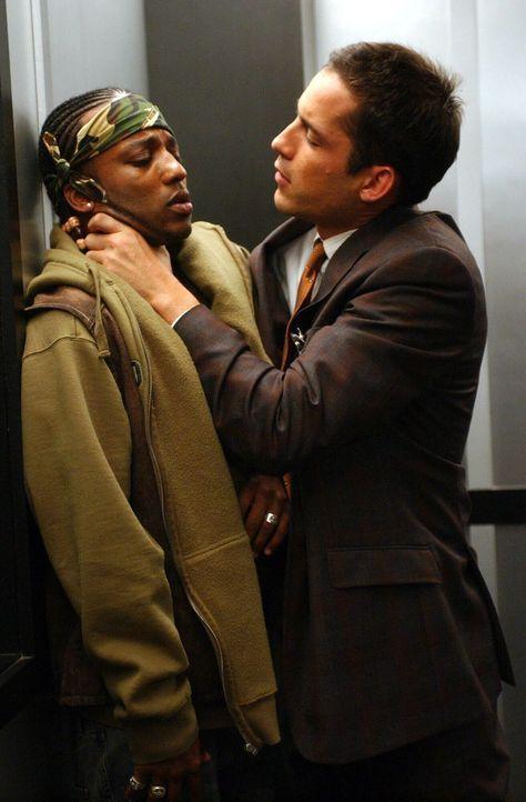 Als der Teenager William Hope spurlos verschwindet, kann Detective Danny Taylor (Enrique Murciano, r.) schon bald einen ersten Verdächtigen ausmache... - Bildquelle: Warner Bros. Entertainment Inc.