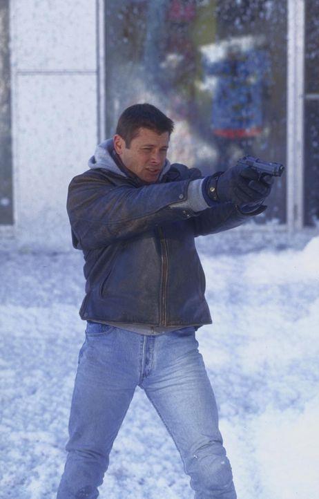 Mit Waffengewalt bahnt sich Robert Drake (Grant Show) einen Weg durch die eisige Hölle ... - Bildquelle: Trimark Pictures