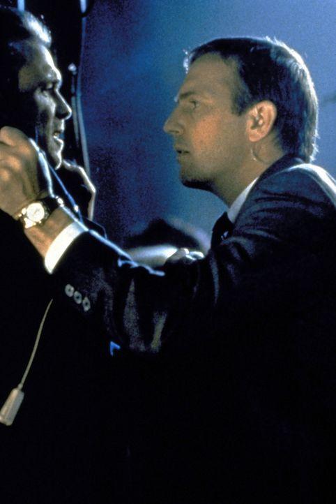 Frank Farmer (Kevin Costner, r.), ein ehemaliger Leibwächter Ronald Reagans, wird als Beschützer des Popstars Rachel Marron in ein Netz aus Intrigen... - Bildquelle: Warner Bros.