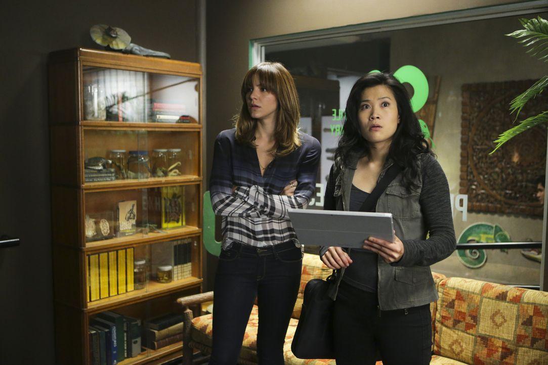 Während Paige (Katharine McPhee, l.) sich dazu entschieden hat, ihren Abschluss nachzuholen, muss Happy (Jadyn Wong, r.) mit den Folgen des Kusses k... - Bildquelle: Michael Yarish 2014 CBS Broadcasting, Inc. All Rights Reserved