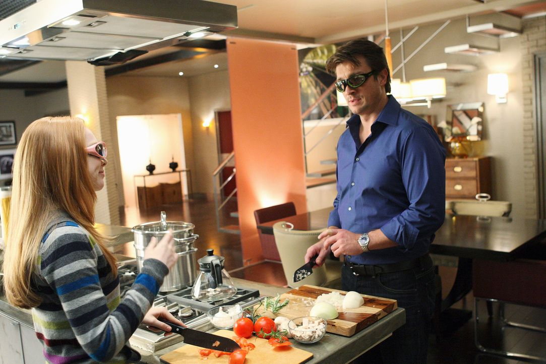 Die Zwiebeln schneiden sich leider nicht von allein, doch Richard (Nathan Fillion, r.) und Alexis (Molly C. Quinn, r.) wissen sich zu helfen. - Bildquelle: 2008 American Broadcasting Companies, Inc. All rights reserved