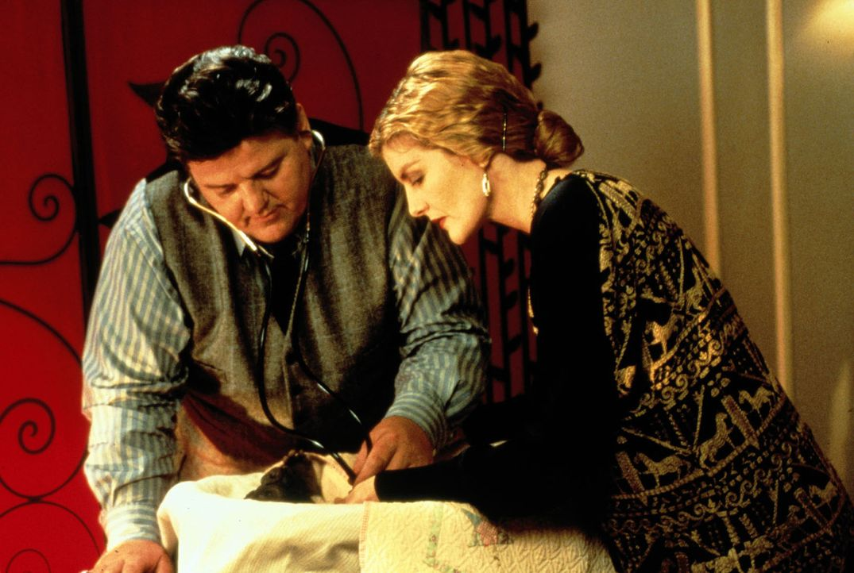 Hingebungsvoll kümmert sich Dr. Lintz (Robbie Coltrane, l.) um die Tiere seiner Frau Trudy (Rene Russo, r.) ... - Bildquelle: Columbia Pictures