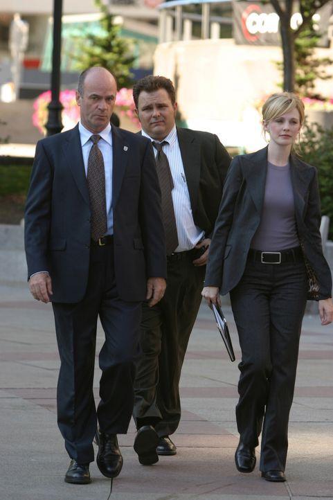 Versuchen einen Mordfall zu lösen: John (John Finn, l.), Nick (Jeremy Ratchford, M.) und Lilly (Kathryn Morris, r.) ... - Bildquelle: Warner Bros. Television