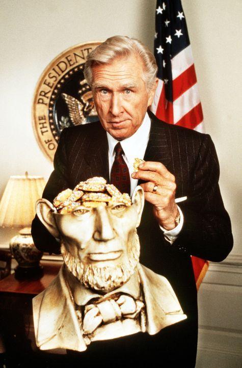 Der frisch gebackene Präsident Tug Benson (Lloyd Bridges) bei einer seiner seltsamen Riten ... - Bildquelle: 20th Century Fox Film Corporation