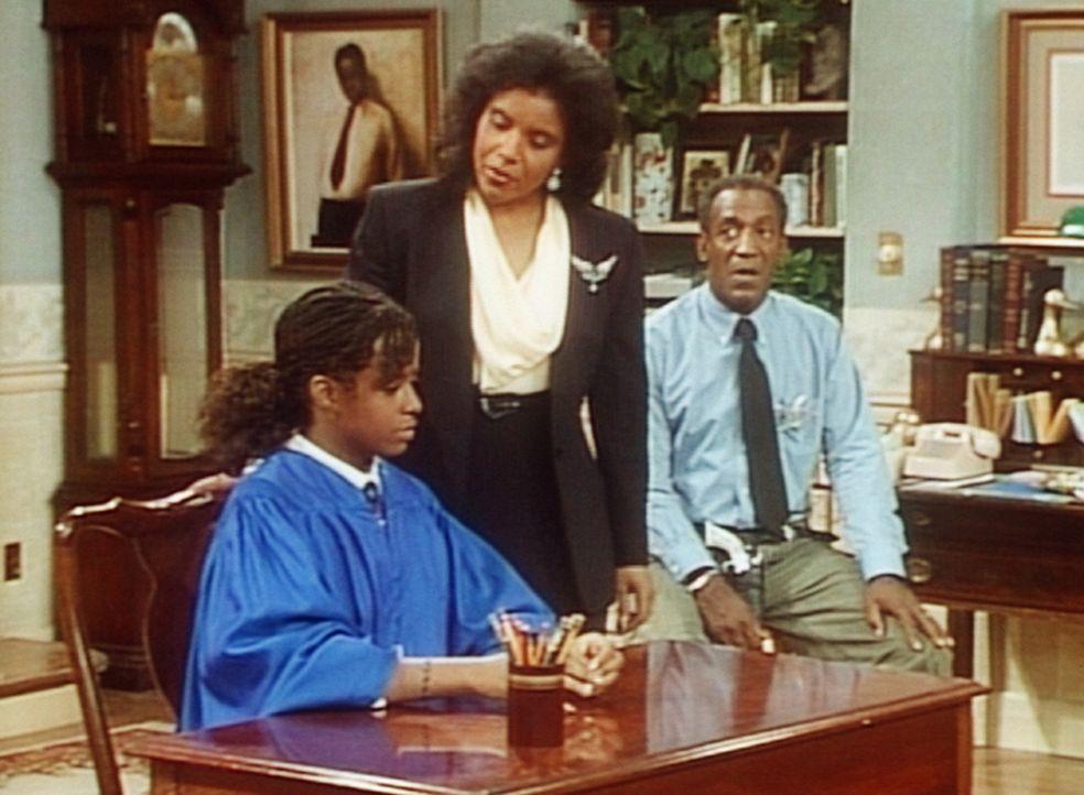 Cliff (Bill Cosby, r.) ist von der Strenge der Anklagevertreterin Clair (Phylicia Rashad, M.) überrascht, die die Richterin Vanessa (Tempsett Bleds... - Bildquelle: Viacom
