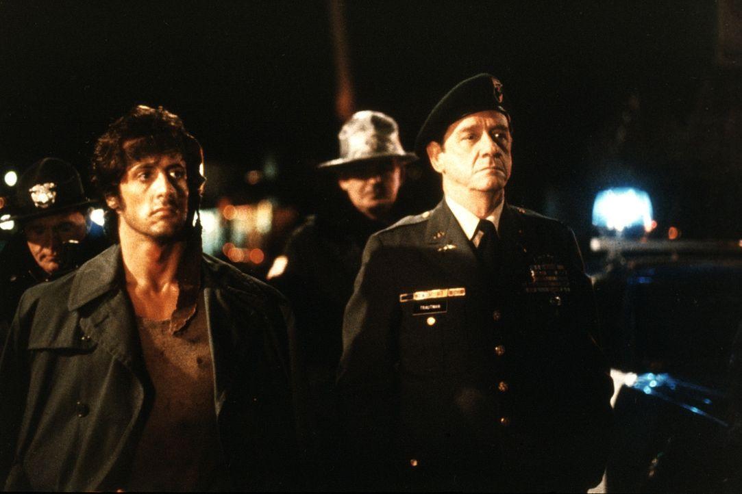 Aus nichtigem Anlass wird der im Krieg ausgezeichnete Held Rambo (Sylvester Stallone, l.) von der Polizei gejagt. In die Enge getrieben, liefert er... - Bildquelle: 1982 STUDIOCANAL. All Rights Reserved.