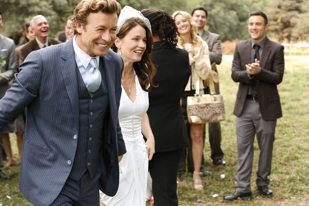Lisbon (Robin Tunney, r.) und Jane (Simon Baker, l.) geben sich endlich das Ja-Wort ... - Bildquelle: Warner Bros. Television