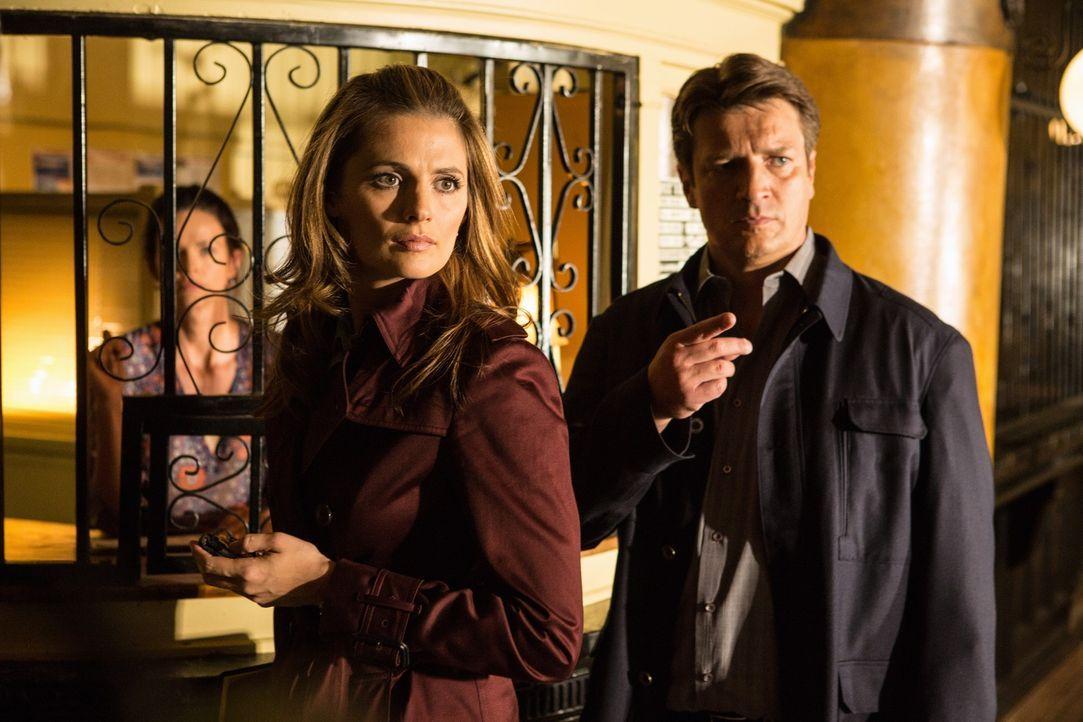Nachdem sich der erste Verdacht nicht bestätigt hat, verfolgen Castle (Nathan Fillion, r.) und Beckett (Stana Katic, M.) eine neue Spur ... - Bildquelle: 2012 American Broadcasting Companies, Inc. All rights reserved.