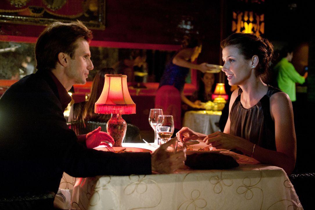 Erin (Bridget Moynahan, r.) verbringt einen romantischen Abend mit Jacob Krystal (Fred Weller, l.). Entwickelt sich mehr zwischen den beiden? - Bildquelle: 2011 CBS Broadcasting Inc. All Rights Reserved