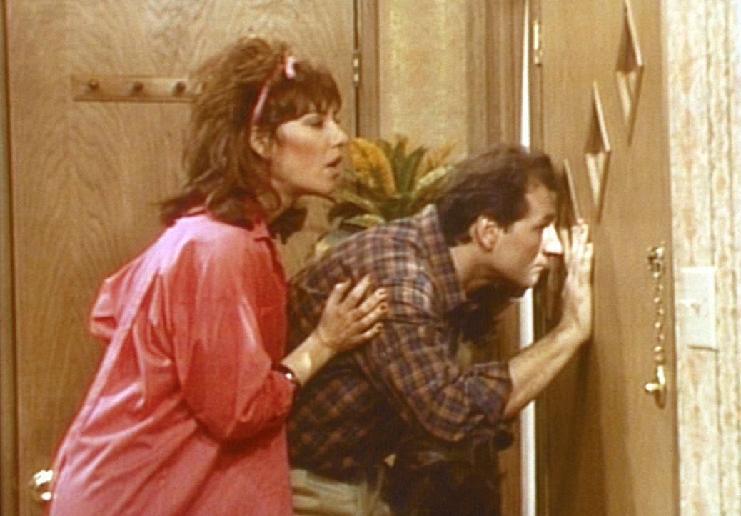 Nach einem Streit haben Al (Ed O'Neill, r.) und Peggy (Katey Sagal, l.) ihre Nachbarn vor die Tür gesetzt. - Bildquelle: Columbia Pictures
