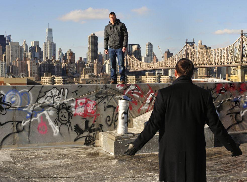 Danny (Donnie Wahlberg, r.) will dem Marine-Veteranen John Russell (Chad Michael Collins, l.) helfen, der, so wie Danny vermutet, unter dem PTSD-Syn... - Bildquelle: 2013 CBS Broadcasting Inc. All Rights Reserved.