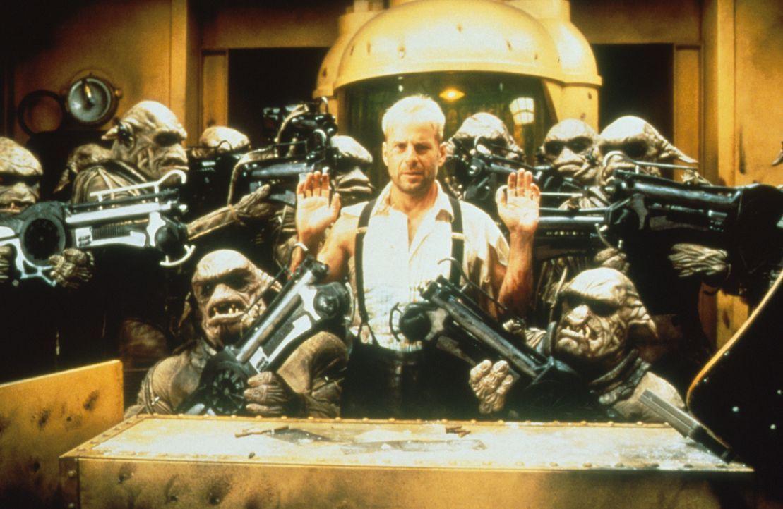 Sein Leben hängt an einem seidenen Faden: Korben (Bruce Willis, M.) ist den Mangalores in die Hände gefallen ... - Bildquelle: Tobis Filmkunst