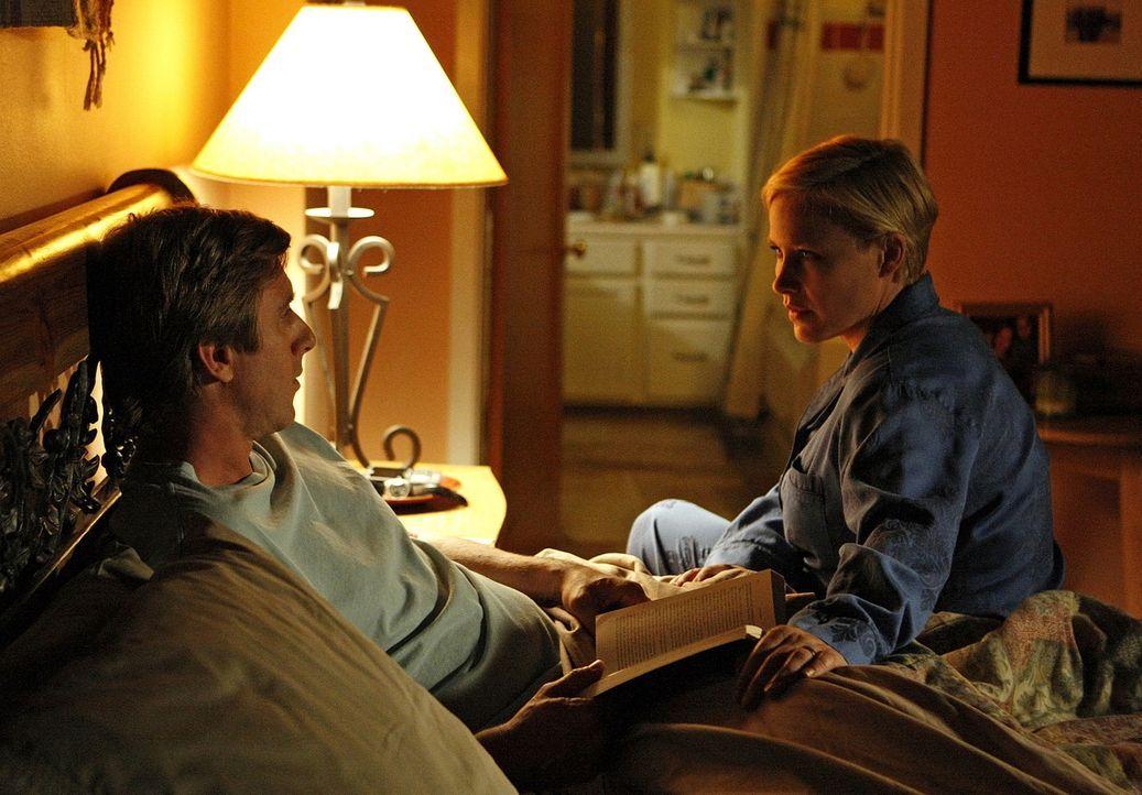 Allison (Patricia Arquette, r.) erzählt ihrem Mann Joe (Jake Weber, l.) von einem seltsamen Traum, der sie beschäftigt ... - Bildquelle: Paramount Network Television