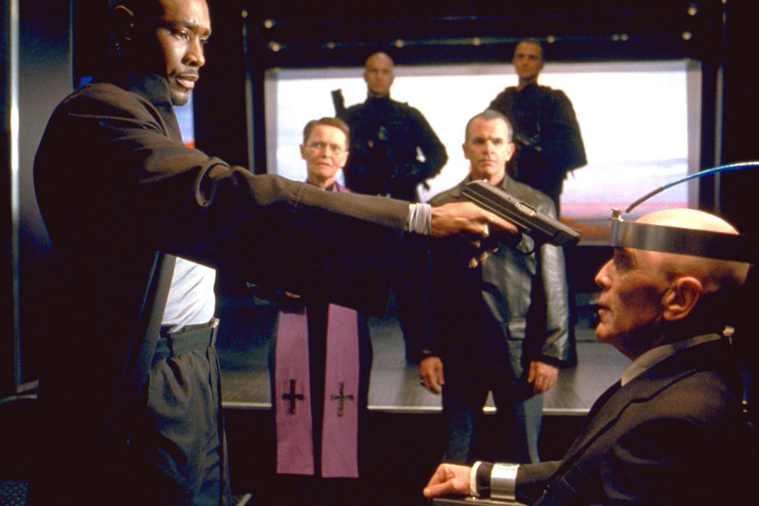 In der Todeszelle wartet der geläuterte Gangster Lester (Bruce Weitz, r.) auf seine Hinrichtung. Er ist der einzige, der Kenntnis vom Versteck der 2... - Bildquelle: 2003 Sony Pictures Television International. All Rights Reserved.