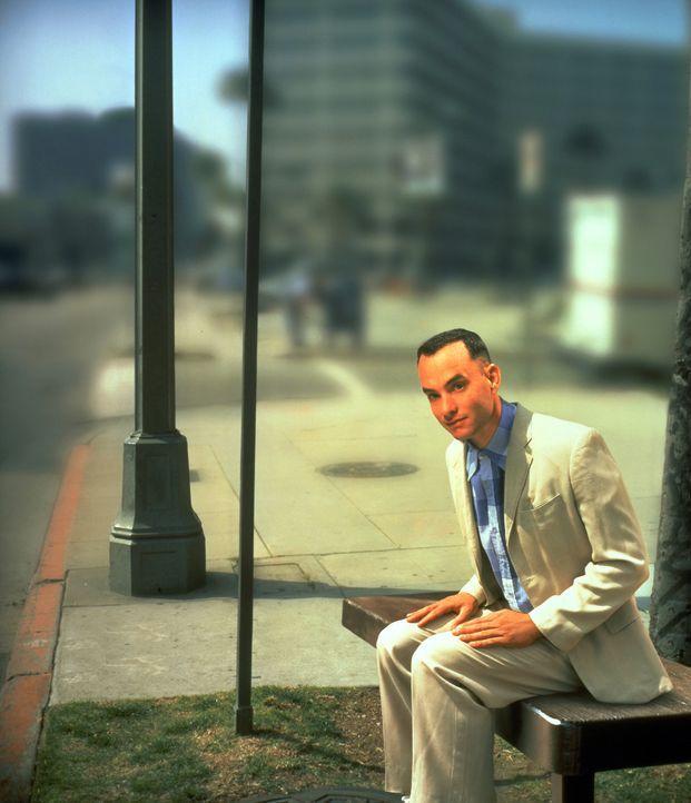 Auf einer Bank an einer Bushaltestelle sitzt Forrest Gump (Tom Hanks), ein seltsamer Zeitgenosse, der jedem, der sich zufällig neben ihn setzt, Epi... - Bildquelle: Paramount Pictures