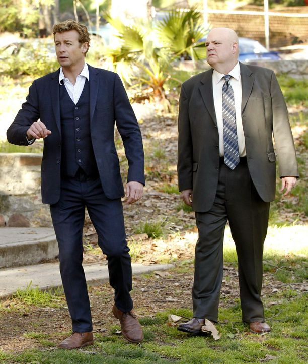 Agent J.J. LaRoche (Pruitt Taylor Vince, r.), der Leiter der Internen Ermittlung des CBI, bittet Patrick (Simon Baker, l.) um Hilfe, als ein Behälte... - Bildquelle: Warner Bros. Television