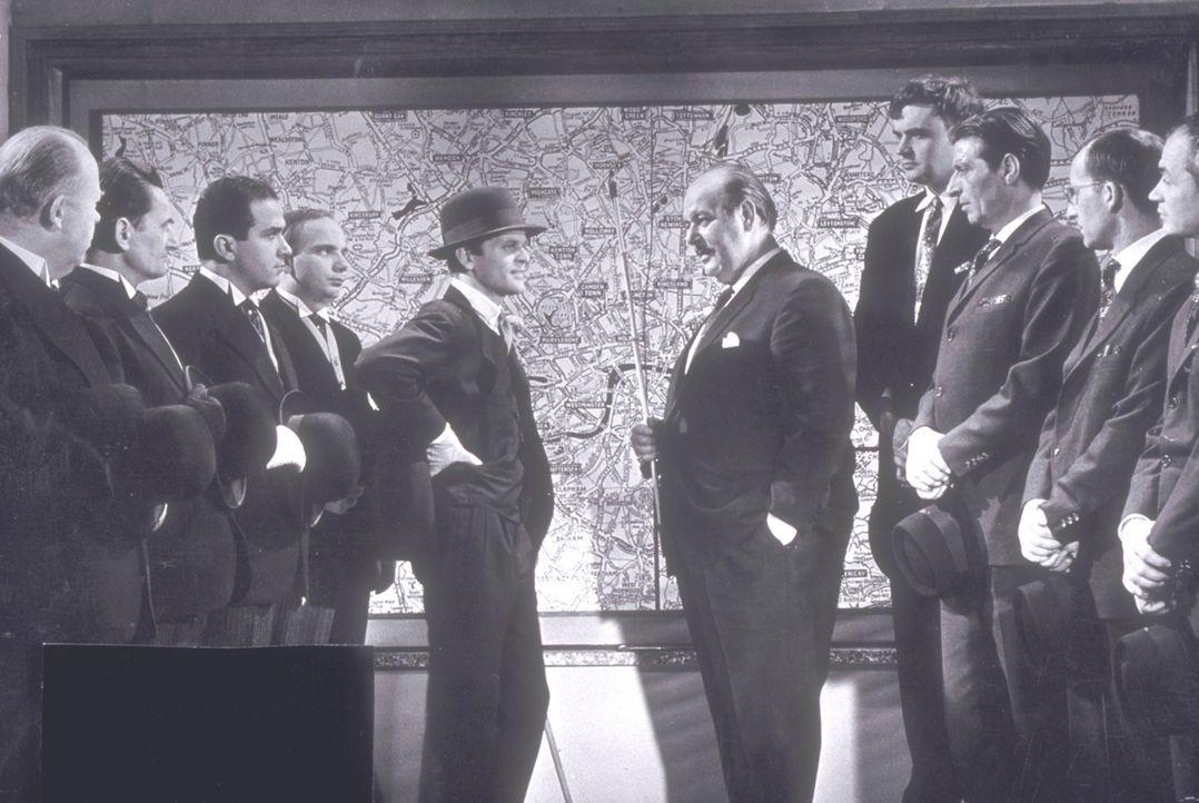 Zwischen Steve (Klaus Kinski, 5.v.l.) und Minelli (Eric Pohlmann, 5.v.r.) kommt es zu tödlichen Konkurrenzkämpfen ... - Bildquelle: Constantin Film