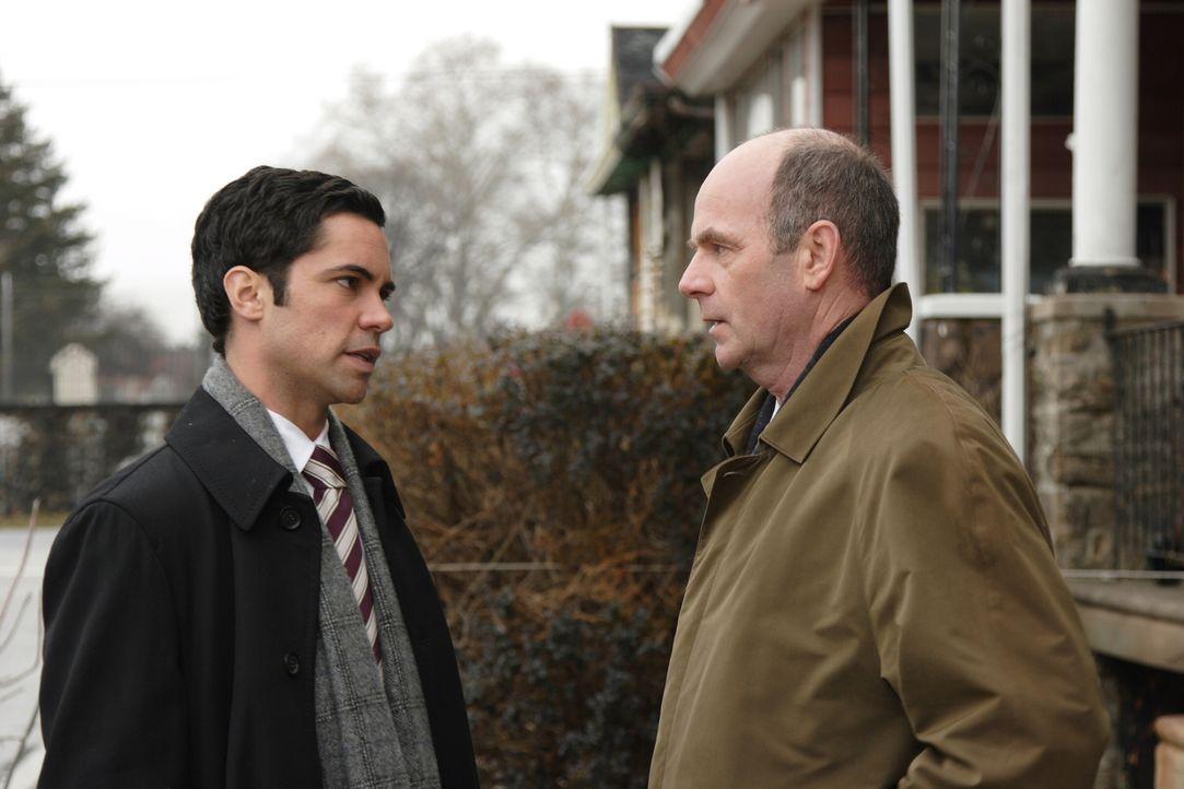Ein neuer Fall bereitet ihnen Kopfzerbrechen: John Stillman (John Finn, r.) und Scott Valens (Danny Pino, l.) ... - Bildquelle: Warner Bros. Television