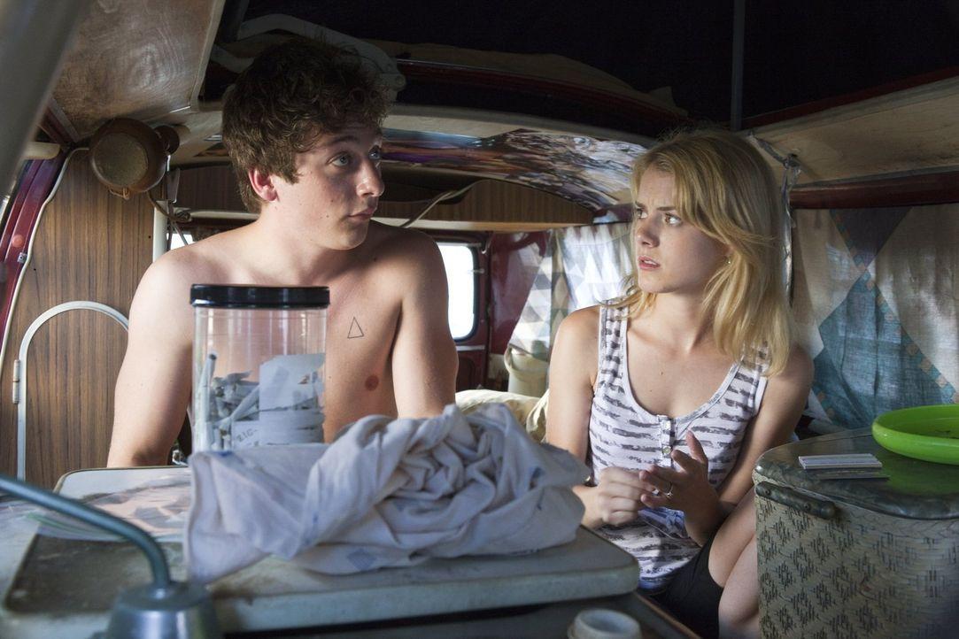 Schaffen es Lip (Jeremy Allen White, l.) und Karen (Laura Wiggins, r.) zusammenzubleiben, wenn Lip aufs College geht? - Bildquelle: 2010 Warner Brothers