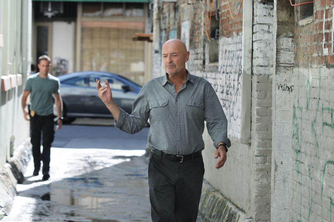 Während ein alter Bekannter dem Team bei der Untersuchung eines bewaffneten Überfalls hilft, sieht sich Joe (Terry O'Quinn, r.) gezwungen, Steve (Al... - Bildquelle: TM &   CBS Studios Inc. All Rights Reserved.