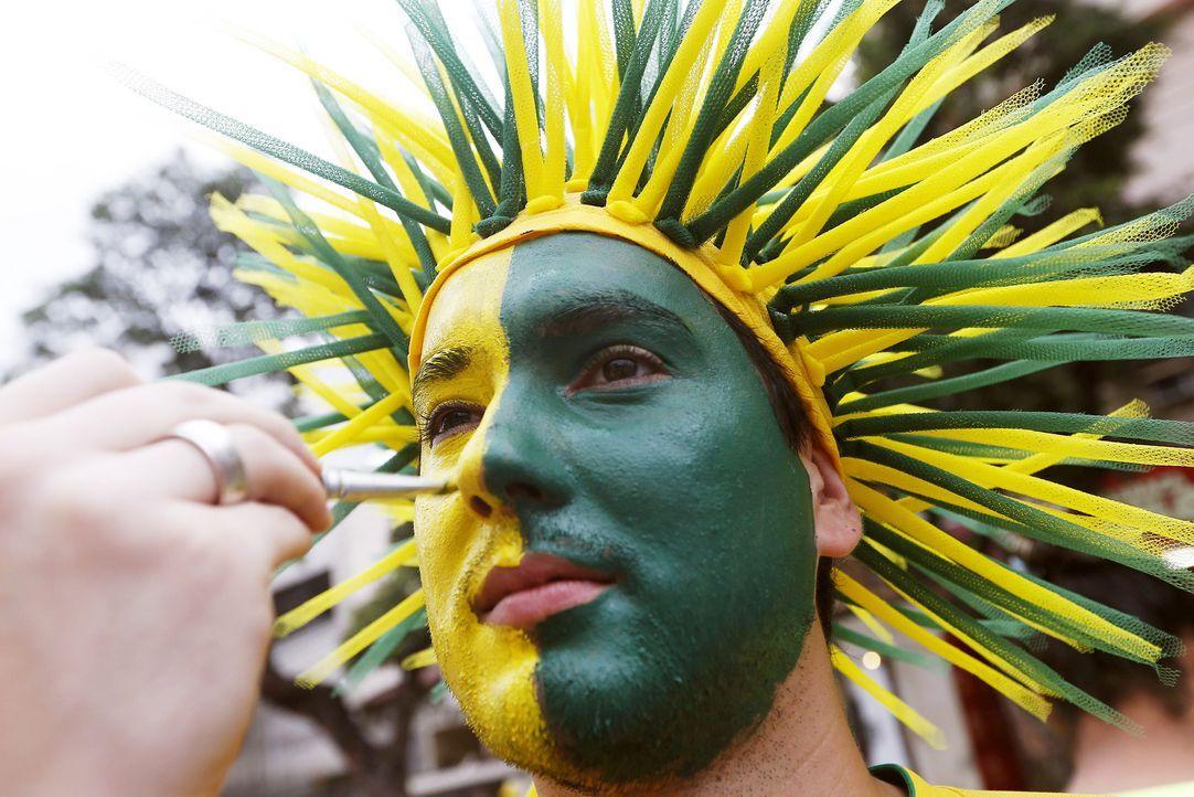 WM-Brasilien-brasilianischer-Fan-Schminke-130630-dpa - Bildquelle: dpa