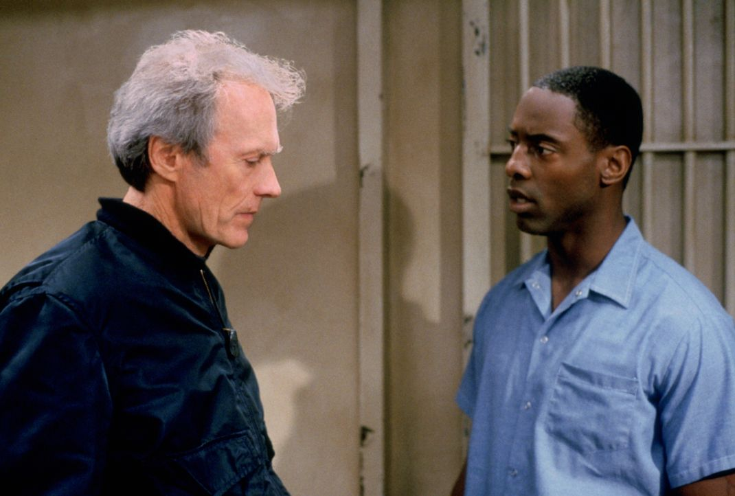 Der gewiefte Reporter Everett (Clint Eastwood, l.) ist nach eigenen Recherchen fest von Beachums (Isaiah Washington, r.) Unschuld überzeugt und setz... - Bildquelle: Warner Bros.