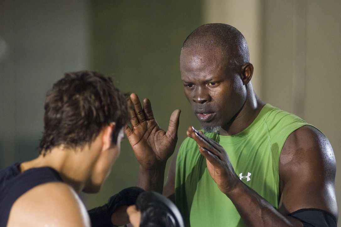 Trainiert Jake (Sean Faris, l.) hart bis zum finalen Showdown: Free Fight-Coach Jean Roqua (Djimon Hounsou, r.) ... - Bildquelle: 2008 Summit Entertainnment N.V.  All rights reserved.