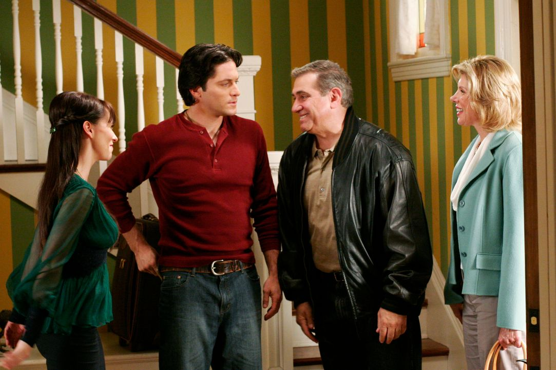 Faith (Christina Baranski, r.) bringt ihren neuen Freund Ellis (Dan Laurie, 2.v.r.) mit zu Melinda (Jennifer Love Hewitt, l.) und Jim (David Conrad,... - Bildquelle: ABC Studios