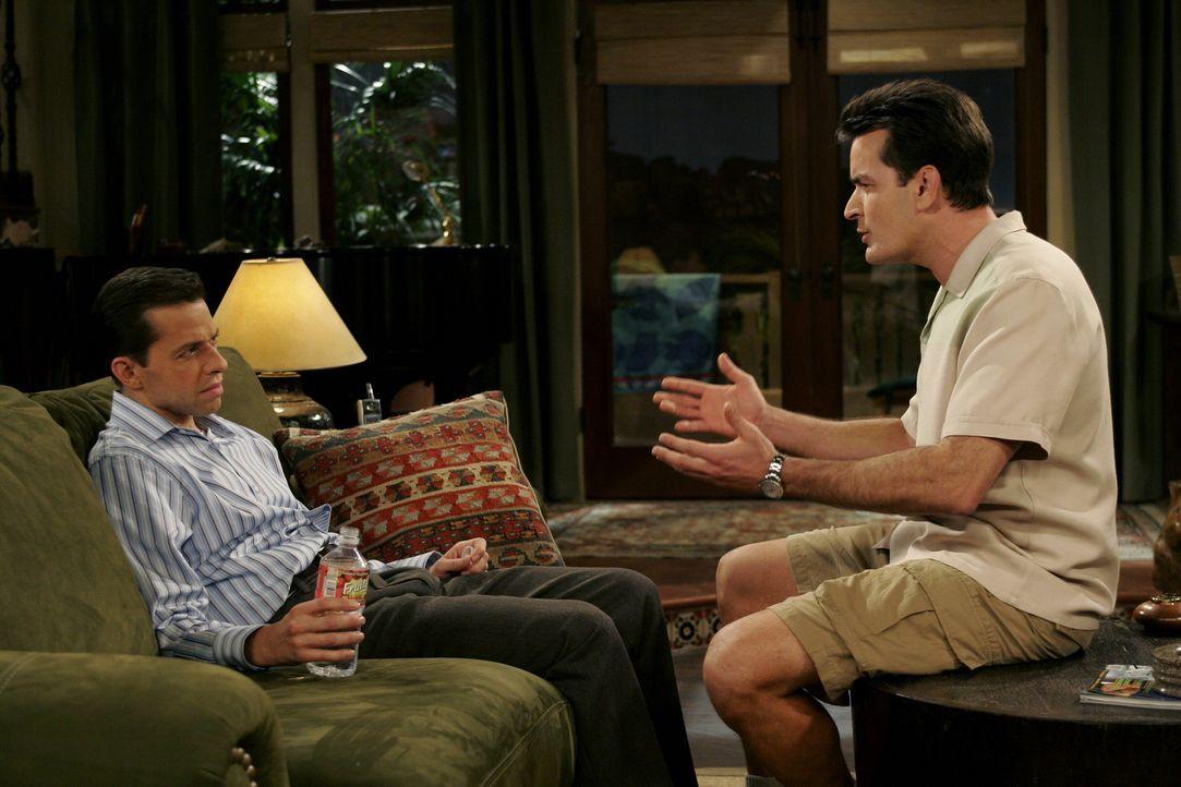 Da Charlie (Charlie Sheen, r.) Angst hat sich von Jake trennen zu müssen, falls Alan (Jon Cryer, l.) und Judith wieder zusammenziehen und ihren Soh... - Bildquelle: Warner Brothers Entertainment Inc.