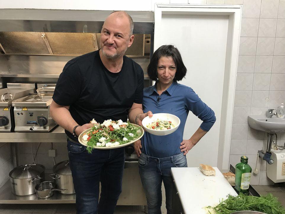 Griechischer Salat 2.0: Starkoch Frank Rosin hilft Kindergärtnerin Mel aus Moers dabei, ihre griechische Taverne auf Vordermann zu bringen. - Bildquelle: kabel eins