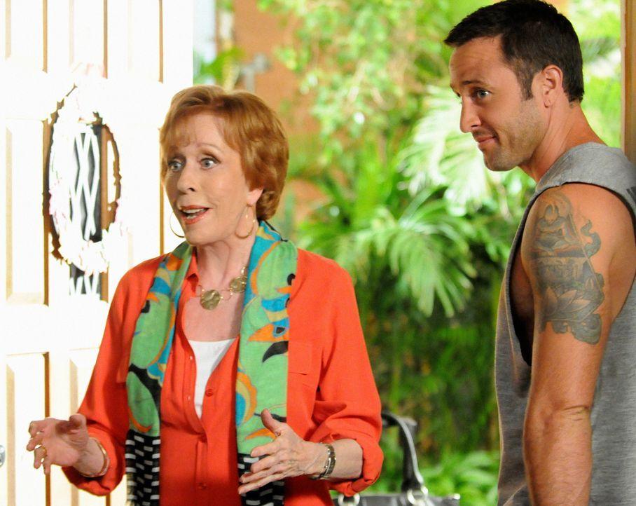 Während Steve (Alex O'Loughlin, r.) zu einem neuen Fall gerufen wird, taucht seine Tante Deb (Carol Burnett, l.) mit schockierenden Nachrichten bei... - Bildquelle: 2013 CBS BROADCASTING INC. All Rights Reserved.