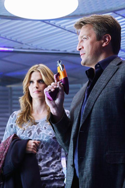 """Castle (Nathan Fillion, r.) hört nicht auf, sich über die Science-Fiction-Serie """"Nebula 9"""" lustig zu machen. Er ahnt nicht, dass Beckett (Stana Kati... - Bildquelle: 2012 American Broadcasting Companies, Inc. All rights reserved."""