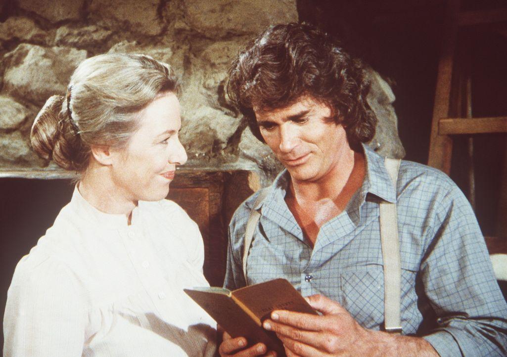 Caroline (Karen Grassle, l.) zeigt ihrem Mann Charles (Michael Landon, r.) das Sparbuch, in dem sich trotz der Beschäftigung einer Hilfskraft das G... - Bildquelle: Worldvision