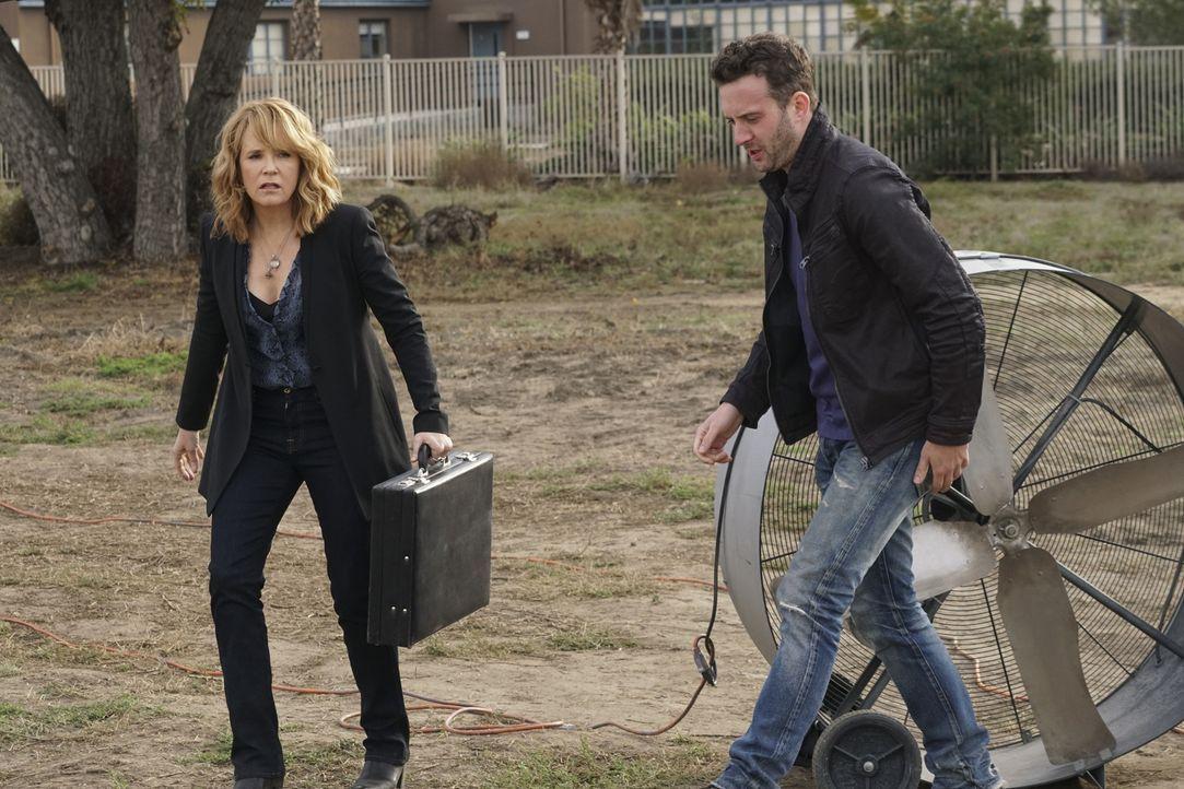 Während sich Toby (Eddie Kaye Thomas, r.) und das Scorpion Team um die Wasserversorgung von L.A. sorgen, braucht Veronica (Lea Thompson, l.) dringen... - Bildquelle: Monty Brinton 2016 CBS Broadcasting, Inc. All Rights Reserved.