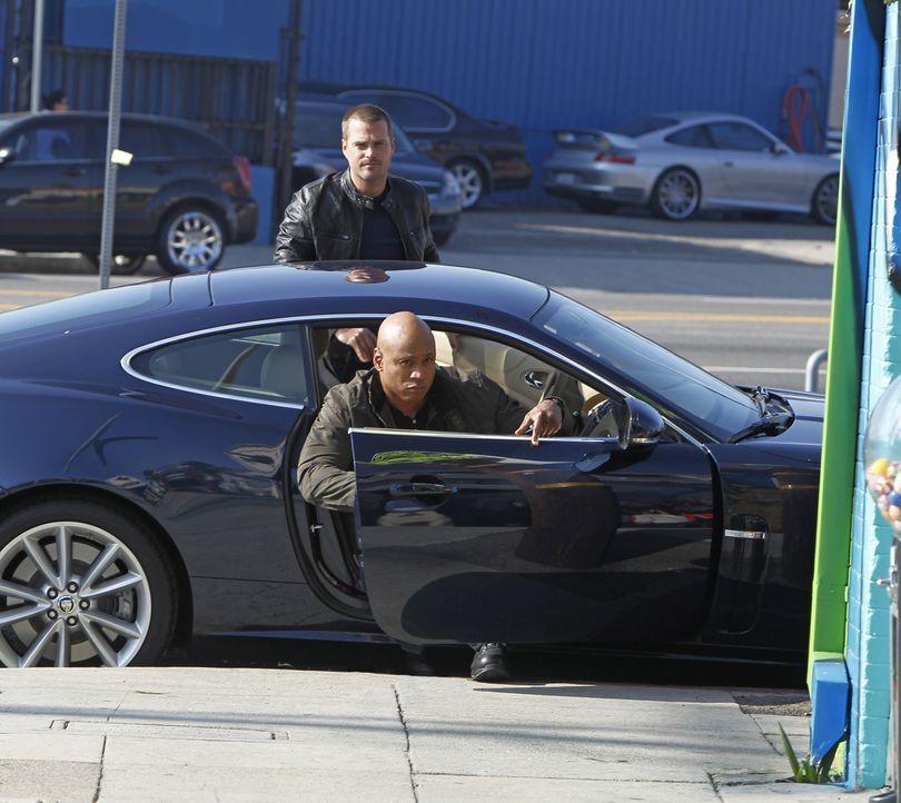 Bei den Ermittlungen in einem neuen Fall: Callen (Chris O'Donnell, hinten) und Sam (LL Cool J, vorne) ... - Bildquelle: CBS Studios Inc. All Rights Reserved.