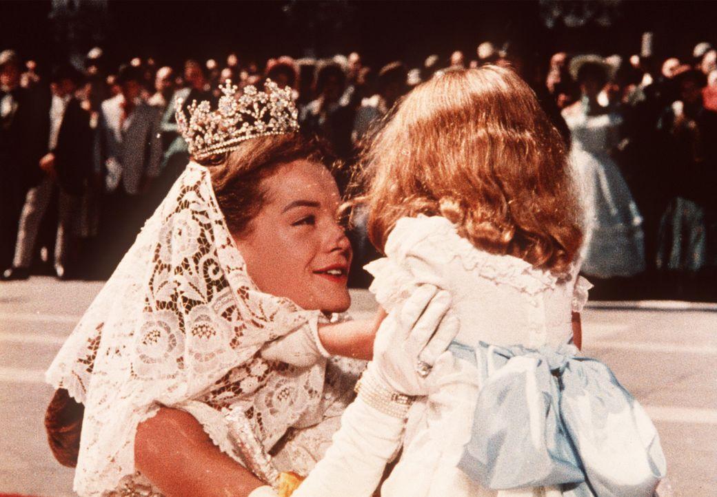 Endlich kann die Kaiserin Sissi (Romy Schneider, l.) ihre Tochter wieder in die Arme schließen ... - Bildquelle: UFA-Filmverleih