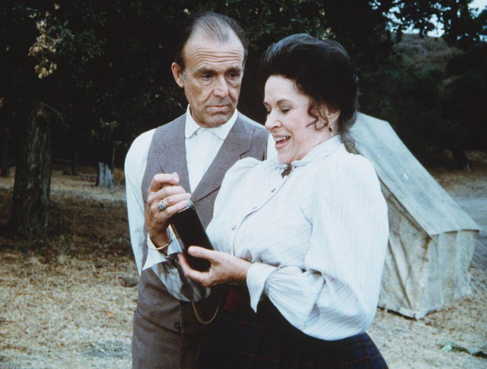 Freudestrahlend erklärt Harriet Oleson (Katherine MacGregor, r.) ihrem Mann Nels (Richard Bull, l.), dass sie mehrere Flaschen des Wunderelixiers v... - Bildquelle: Worldvision