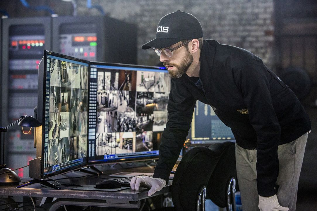 Handelt es sich bei dem Hacker auch um den gesuchten grausamen Mörder? Sebastian (Rob Kerkovich) legt sich bei seinem ersten Fall als richtiger Agen... - Bildquelle: Skip Bolen 2016 CBS Broadcasting, Inc. All Rights Reserved
