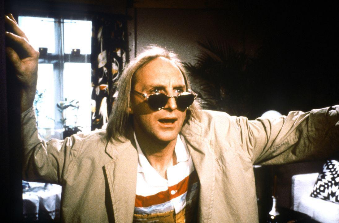 Vor seiner großen Reise nach Florida übt Otto (Otto Waalkes) schon einmal, wie man richtig 'cool' ist ... - Bildquelle: Rialto Film